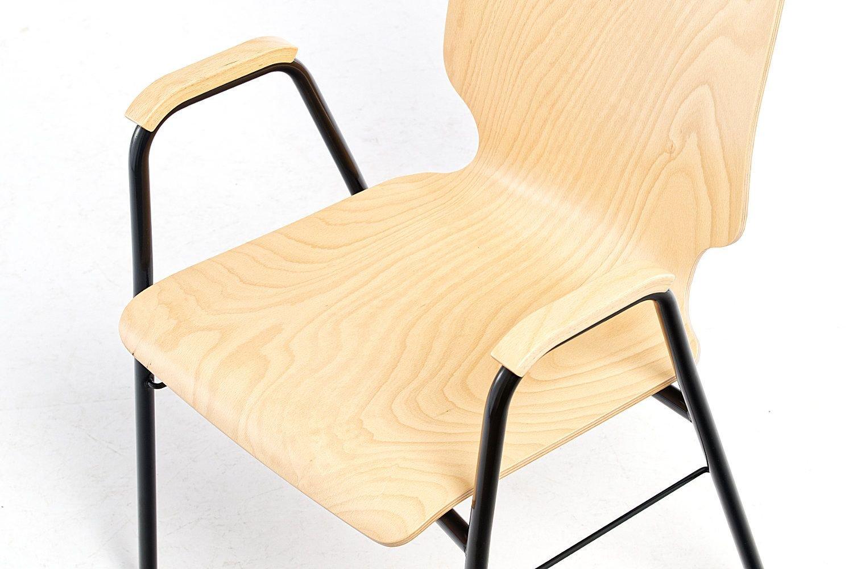 Helles Buchenschichtholz und schwarzes Stuhlgestell