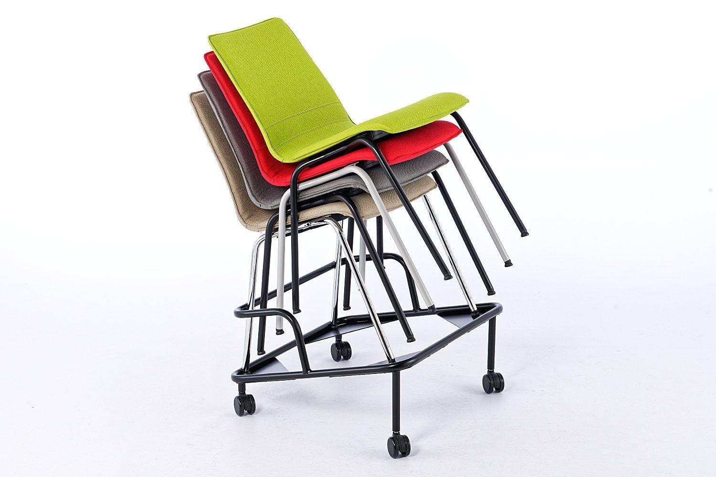 Der Stuhltransportwagen nimmt die Stühle sicher auf