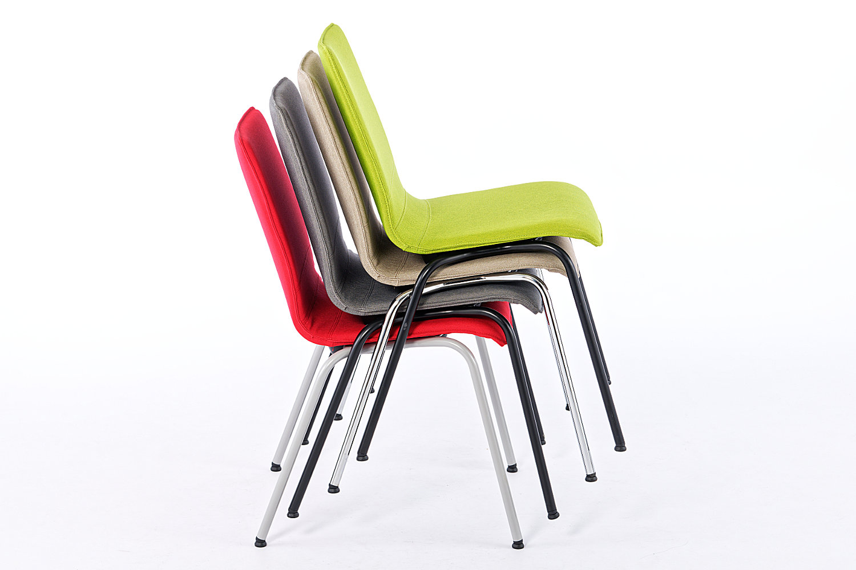 Mehrere Stühle sind übereinander stapelbar