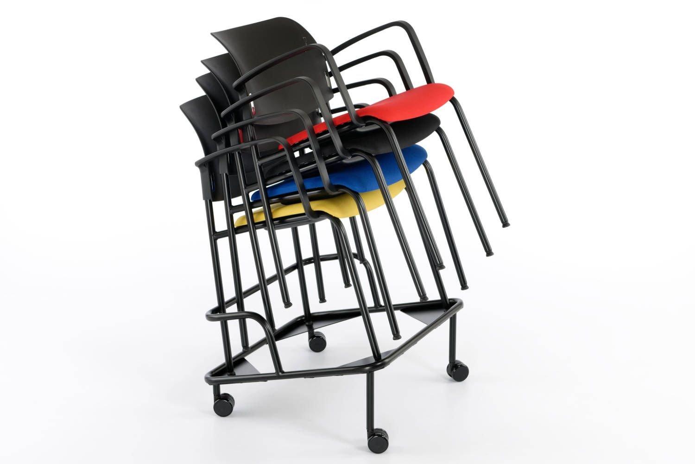 Der gepolsterte Armlehnenstuhl lässt sich mit dem Rollwagen einfach transportieren