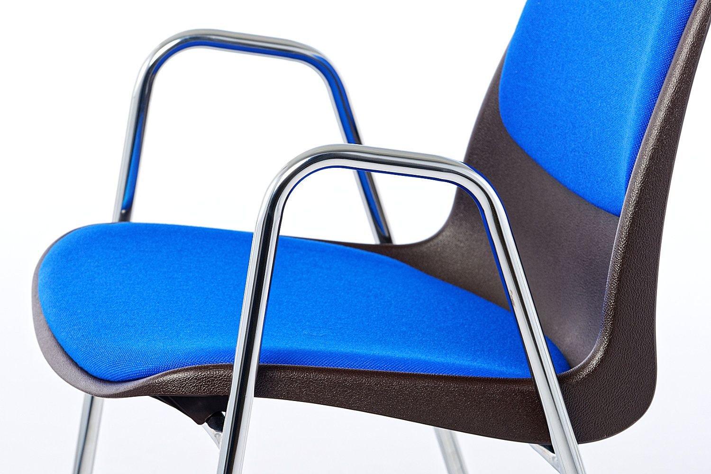 Die Armlehnen passen zum offenen modernen Design des Stapelstuhls