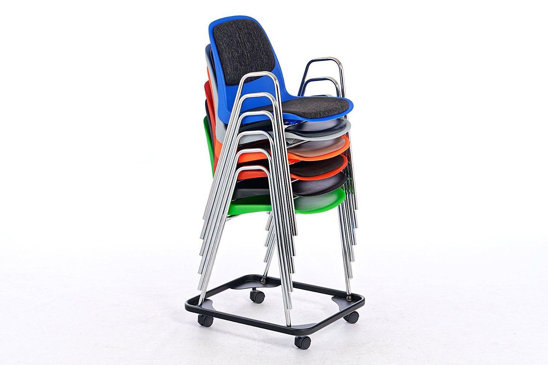Hohe Stuhlstapel für einen einfachen Stuhltransport mit Hilfe der Stuhlkarre