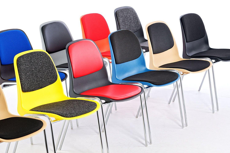 Der Stapelstuhl Mali SP RP ist ein vollgepolsterter Kunststoffschalenstuhl