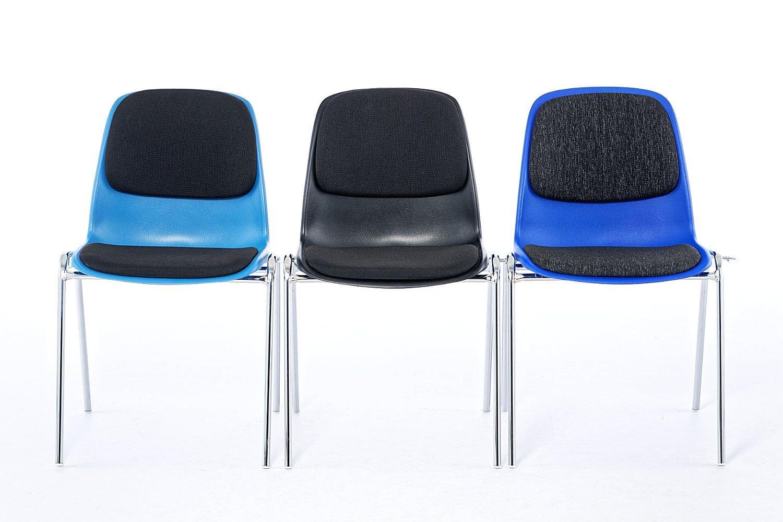 Durch am Gestell integrierte Reihenverbinder können schnell feste Stuhlreihen gestellt werden
