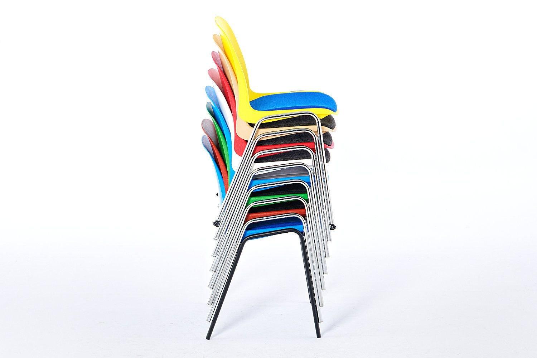 Gerade hohe Stuhlstapel für eine Lagerung auf kleinstem Raum