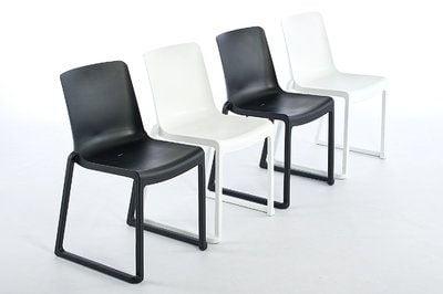 Der Stuhl ist in Weiß oder in Schwarz erhältlich