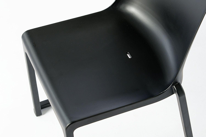 Die Formen des Kunststoffstuhls sind ergonomisch gerundet