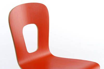 Durch die besondere Form und der Einfräsung des Stapelstuhles wirkt er sehr elegant