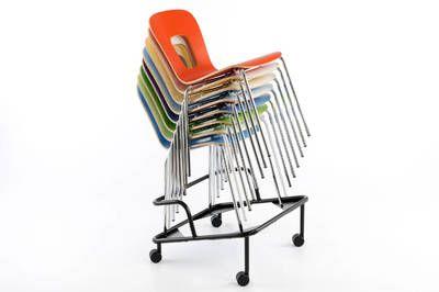Mit dem Rollwagen lassen sich die Stuhlstapel schnell transportieren