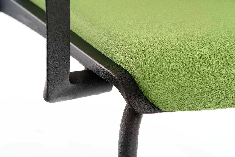 Die Armlehne ist unter der gepolsterten Sitzfläche mit dem Gestell verbunden