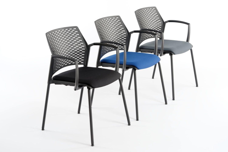 Der Stapelstuhl Paris AL SP lässt sich auch gut für Besucherbereiche einsetzen