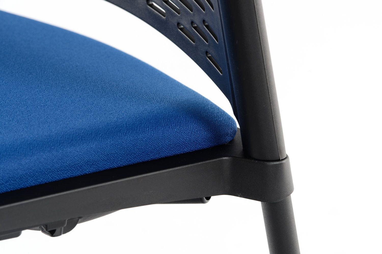 Die Rückenlehne und die Sitzfläche passen perfekt zu den Armlehnen und Gestell