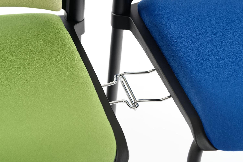 Der Stuhl kann optional mit festen Verbindern bestellt werden