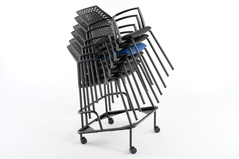 Mit einem Rollwagen lassen sich die Stapelstühle leicht transportieren