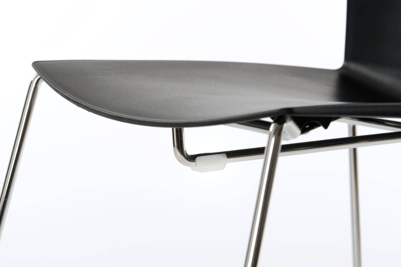 Um Kratzer zu vermeiden sind unter der Sitzfläche Stapelschoner angebracht