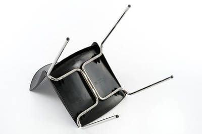 Die Sitzfläche ist am Gestell verbunden