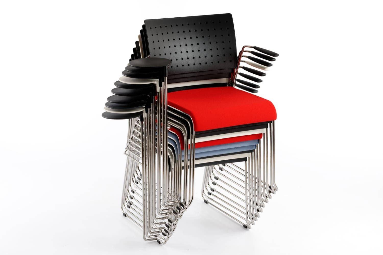 Der gepolsterte Stapelstuhl mit Schreibtablar ist vielseitig einsetzbar