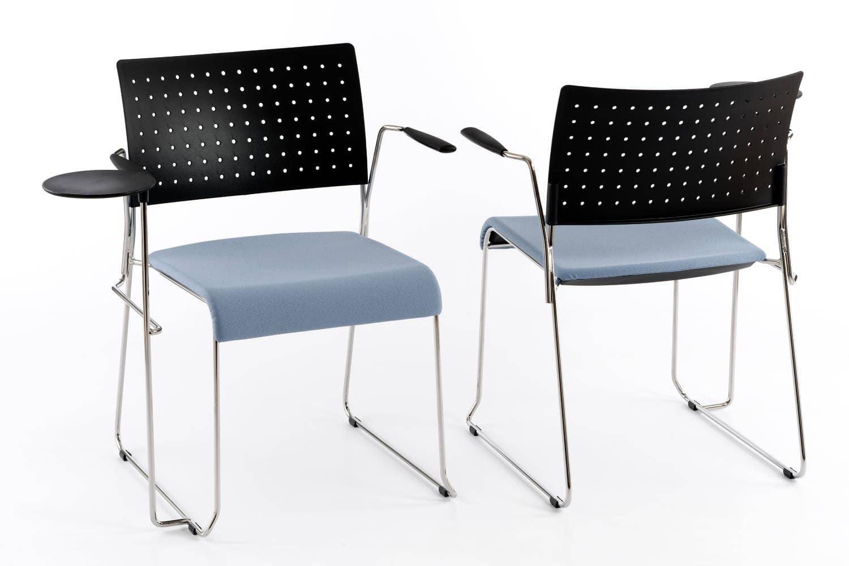 Unser stapelbarer Kufenstuhl mit Sitzpolster und Schreibtablar