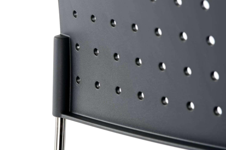 Die Löcher in der Rückenlehne sorgen für ein lockeres Design