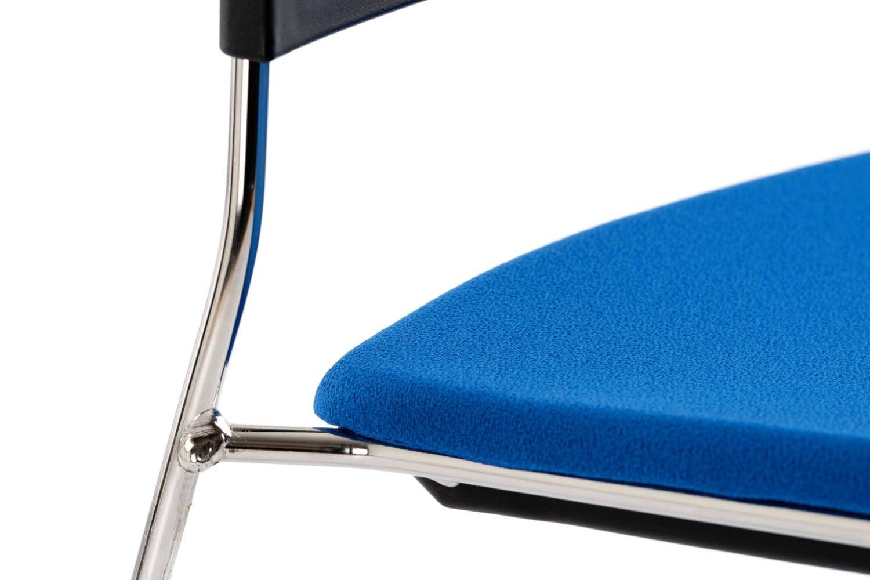 Das Sitzpolster des Kunststoffstuhls ist der Sitzfläche perfekt angepasst