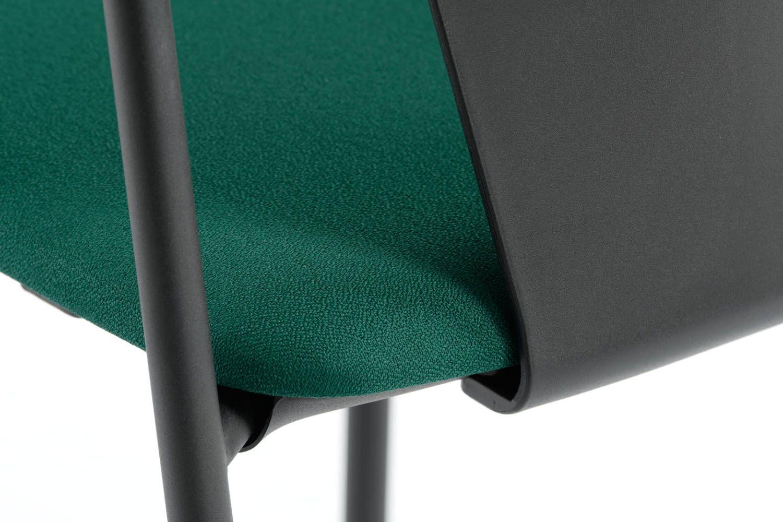 Die Polsterung der Sitzfläche ist ohne sichtbare Nähte verarbeitet