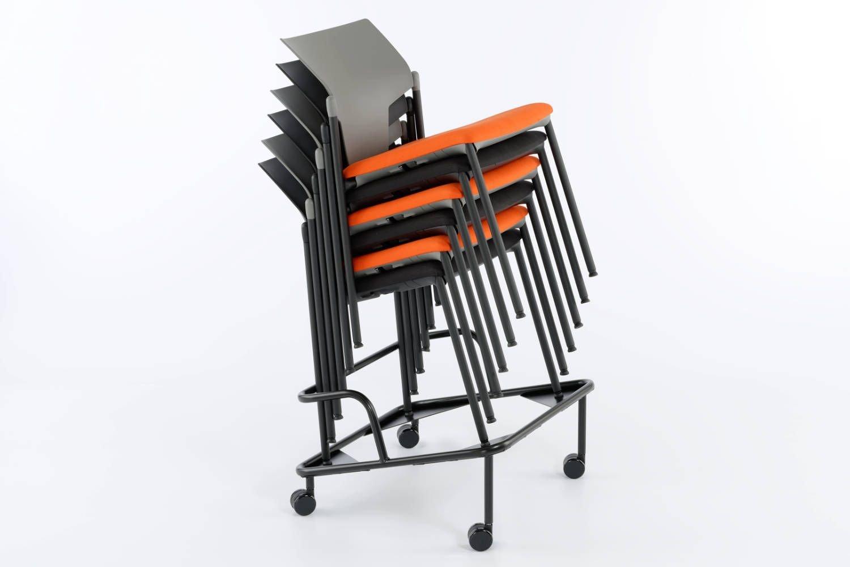 Mit dem Rollwagen lassen sich die gestapelten Stühle leicht transportieren