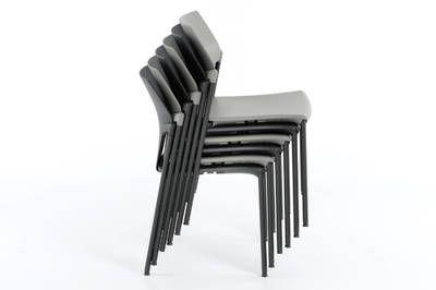 Auf kleinstem Raum können die Stuhlstapel Vegas gelagert werden